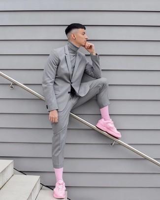 Tendances mode hommes: Pense à opter pour un pull à col roulé gris pour une tenue confortable aussi composée avec goût.