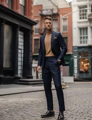 Comment porter un pull à col roulé marron clair: Harmonise un pull à col roulé marron clair avec un costume écossais bleu marine pour un look idéal au travail. Une paire de des chaussures derby en cuir noires apportera une esthétique classique à l'ensemble.