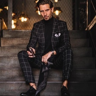 Tendances mode hommes: Essaie de marier un costume à carreaux noir avec un pull à col roulé noir pour aller au bureau. Complète cet ensemble avec une paire de chaussures derby en cuir noires pour afficher ton expertise vestimentaire.