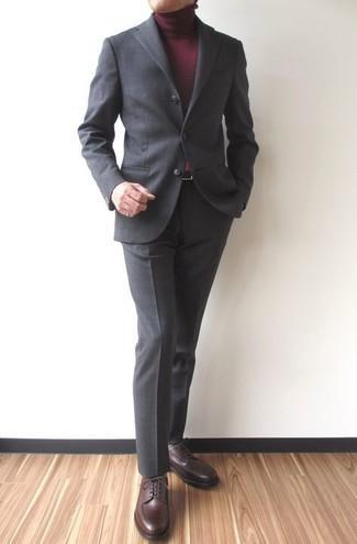 Comment s'habiller après 40 ans: Essaie d'harmoniser un costume gris foncé avec un pull à col roulé bordeaux pour dégager classe et sophistication. Une paire de chaussures derby en cuir marron foncé est une option judicieux pour complèter cette tenue.