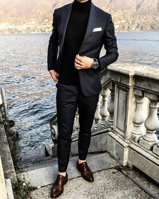 Comment porter des chaussures richelieu en cuir marron foncé au printemps: Pense à porter un costume noir et un pull à col roulé noir pour un look pointu et élégant. Rehausse cet ensemble avec une paire de des chaussures richelieu en cuir marron foncé. Bref, cette tenue du printemps est superbe.