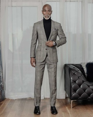Comment porter un costume écossais gris: Essaie d'associer un costume écossais gris avec un pull à col roulé noir pour créer un look chic et décontracté. Habille ta tenue avec une paire de des chaussures richelieu en cuir noires.