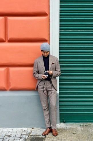 Comment porter des chaussettes noires: Associe un costume écossais beige avec des chaussettes noires pour une tenue idéale le week-end. D'une humeur audacieuse? Complète ta tenue avec une paire de des chaussures richelieu en cuir marron.