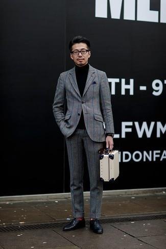 Comment porter un costume à carreaux gris: Associe un costume à carreaux gris avec un pull à col roulé noir pour achever un look habillé mais pas trop. Jouez la carte classique pour les chaussures et choisis une paire de des chaussures richelieu en cuir noires.
