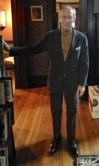 Comment s'habiller après 60 ans: Pense à associer un costume noir avec un pull à col roulé marron clair pour un look pointu et élégant. Apportez une touche d'élégance à votre tenue avec une paire de des chaussures richelieu en cuir noires.