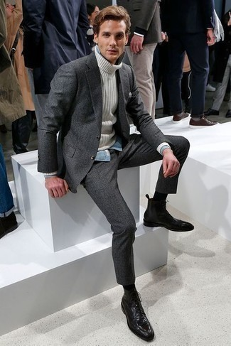 Comment porter une chemise de ville en chambray bleu clair: Essaie d'harmoniser une chemise de ville en chambray bleu clair avec un costume en laine gris foncé pour une silhouette classique et raffinée. Assortis ce look avec une paire de bottes habillées en cuir noires.