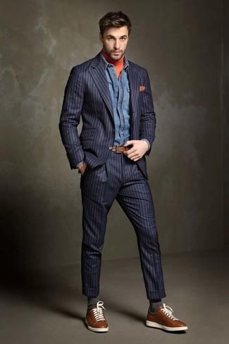 Comment porter: costume à rayures verticales bleu marine, pull à col roulé orange, chemise en jean bleue, baskets basses en cuir marron
