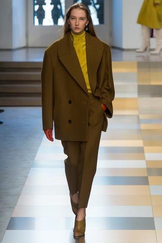 Pense à opter pour un pull à col roulé moutarde et un costume pour un look stylé et raffinée. Cet ensemble est parfait avec une paire de des escarpins en cuir olive.