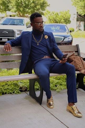 Comment porter: costume bleu marine, pull à col roulé bleu marine, mocassins à pampilles en cuir dorés, sac à dos en toile marron