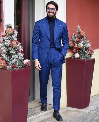 Comment porter: costume à rayures verticales bleu, pull à col roulé en tricot bleu marine, mocassins à pampilles en cuir noirs, lunettes de soleil bleues