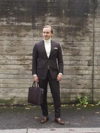 Comment porter un costume: Pense à porter un costume et un pull à col roulé blanc pour un look pointu et élégant. Une paire de des mocassins à pampilles en cuir marron est une option avisé pour complèter cette tenue.