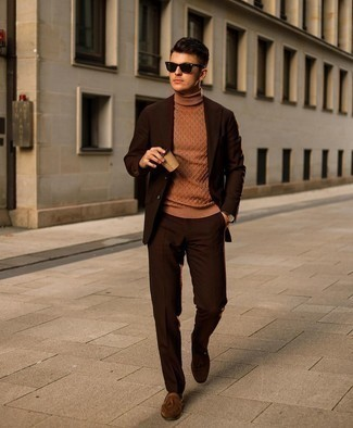 Comment porter une montre en cuir marron foncé: Pour créer une tenue idéale pour un déjeuner entre amis le week-end, harmonise un costume marron foncé avec une montre en cuir marron foncé. Une paire de mocassins à pampilles en daim marron est une façon simple d'améliorer ton look.