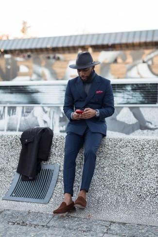 Comment porter: costume bleu marine, pull à col roulé gris, slippers en daim marron, chapeau en laine gris foncé