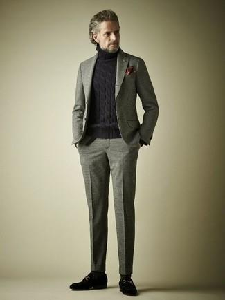 Comment porter un costume en laine gris: Opte pour un costume en laine gris avec un pull à col roulé en laine en tricot noir pour un look pointu et élégant. Jouez la carte classique pour les chaussures et fais d'une paire de des slippers en daim noirs ton choix de souliers.