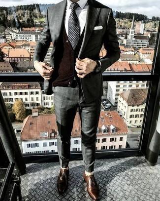 Comment porter un costume gris foncé: Opte pour un costume gris foncé avec un pull en v sans manches marron foncé pour une silhouette classique et raffinée. Une paire de des chaussures richelieu en cuir marron est une option astucieux pour complèter cette tenue.
