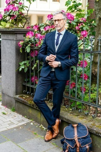 Comment porter un pull en v sans manches gris: Pense à opter pour un pull en v sans manches gris et un costume bleu marine pour dégager classe et sophistication. Tu veux y aller doucement avec les chaussures? Choisis une paire de des chaussures derby en cuir tabac pour la journée.