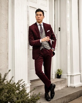 Comment porter une cravate imprimée pourpre foncé: Essaie d'harmoniser un costume en velours côtelé bordeaux avec une cravate imprimée pourpre foncé pour un look classique et élégant. Pourquoi ne pas ajouter une paire de chaussures richelieu en cuir noires à l'ensemble pour une allure plus décontractée?