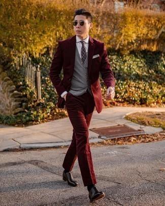 Comment porter une cravate imprimée pourpre foncé: Pense à harmoniser un costume en velours côtelé bordeaux avec une cravate imprimée pourpre foncé pour dégager classe et sophistication. Si tu veux éviter un look trop formel, termine ce look avec une paire de chaussures richelieu en cuir noires.