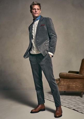 Comment porter une pochette de costume imprimée bordeaux: Porte un costume gris foncé et une pochette de costume imprimée bordeaux pour une tenue confortable aussi composée avec goût. Fais d'une paire de des bottes de loisirs en cuir marron ton choix de souliers pour afficher ton expertise vestimentaire.