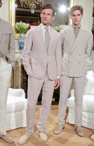 Comment porter: costume rose, chemise de ville blanche, espadrilles en toile beiges, cravate beige