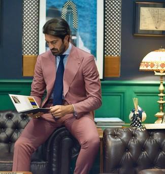 Comment porter: costume rose, chemise de ville bleu clair, cravate bleu marine