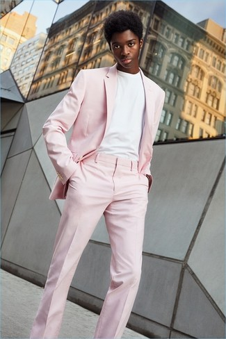 Comment porter: costume rose, t-shirt à col rond blanc