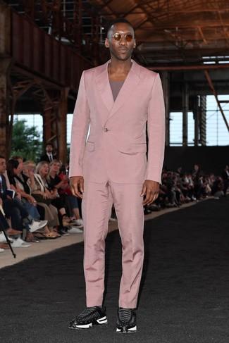 Comment porter: costume rose, t-shirt à col rond pourpre, chaussures de sport noires, lunettes de soleil marron
