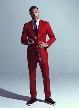 Comment porter: costume rouge, chemise de ville blanche, tennis noirs, cravate à rayures verticales bleu marine et blanc