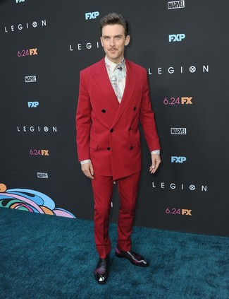 Comment porter: costume rouge, chemise de ville imprimée blanche, chaussures richelieu en cuir pourpre foncé