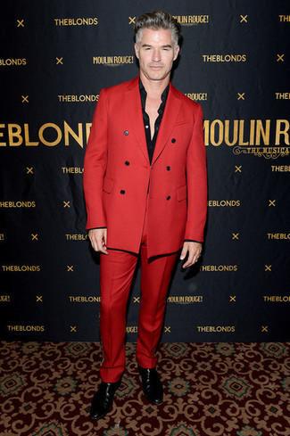 Comment s'habiller en automne: Essaie d'associer un costume rouge avec une chemise de ville noire pour un look classique et élégant. Tu veux y aller doucement avec les chaussures? Choisis une paire de des bottines chelsea en cuir noires pour la journée. Bref, cette tenue d'automne est canon.