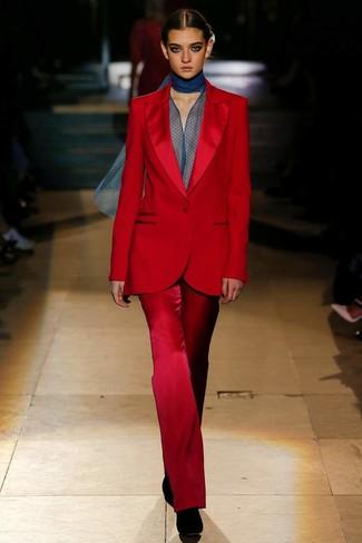 Comment porter: costume rouge, chemisier à manches longues en chiffon bleu marine, bottines en daim noires