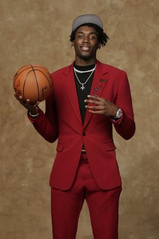 Comment porter: costume rouge, t-shirt à col rond noir, casquette de base-ball noire et blanche, montre argentée