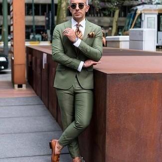 Comment porter un costume olive: Opte pour un costume olive pour dégager classe et sophistication. D'une humeur créatrice? Assortis ta tenue avec une paire de des slippers en cuir tabac.