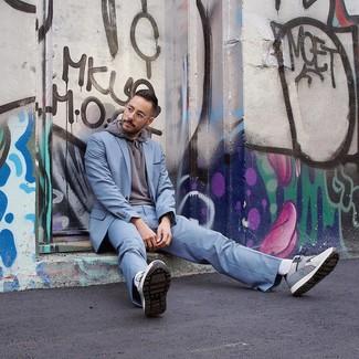 Comment porter: costume bleu clair, sweat à capuche gris, t-shirt à col rond blanc, baskets basses grises