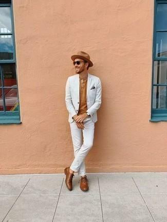 Comment porter un chapeau en laine marron clair: Pour une tenue de tous les jours pleine de caractère et de personnalité marie un costume blanc avec un chapeau en laine marron clair. Jouez la carte classique pour les chaussures et assortis cette tenue avec une paire de des chaussures richelieu en cuir marron.