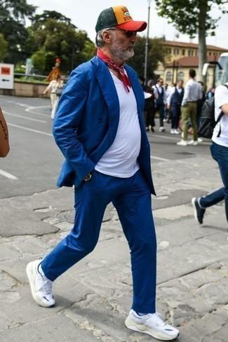 Comment porter des chaussettes blanches: Pense à harmoniser un costume bleu avec des chaussettes blanches pour affronter sans effort les défis que la journée te réserve. Tu veux y aller doucement avec les chaussures? Choisis une paire de des chaussures de sport blanches pour la journée.