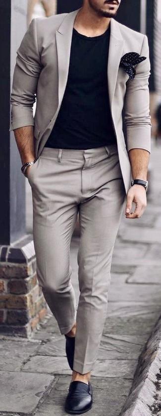 Comment porter: costume gris, t-shirt à col rond noir, baskets à enfiler en cuir noires, pochette de costume á pois noire et blanche