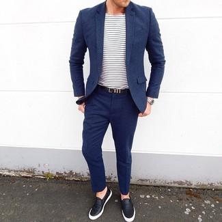 Comment porter: costume en laine bleu marine, t-shirt à col rond à rayures horizontales blanc et bleu marine, baskets à enfiler en cuir noires, ceinture en cuir noire