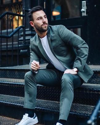 Comment porter: costume bleu canard, t-shirt à col rond blanc, baskets basses en cuir blanches, montre en cuir bordeaux