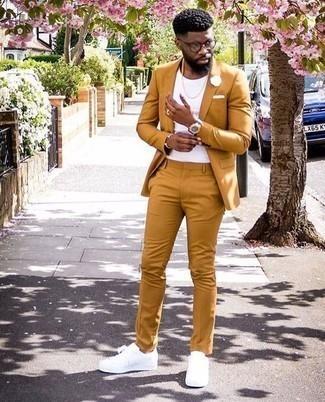 Comment porter un costume tabac: Associe un costume tabac avec un t-shirt à col rond blanc si tu recherches un look stylé et soigné. Si tu veux éviter un look trop formel, complète cet ensemble avec une paire de des baskets basses en cuir blanches.