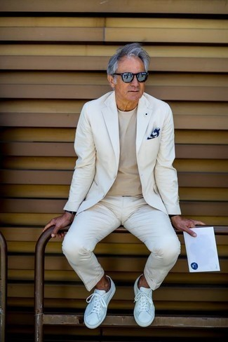 Comment porter un costume blanc: Pense à associer un costume blanc avec un t-shirt à col rond beige pour prendre un verre après le travail. Jouez la carte décontractée pour les chaussures et complète cet ensemble avec une paire de des baskets basses en cuir blanches.