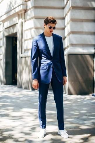 Comment porter un costume à rayures verticales bleu: Marie un costume à rayures verticales bleu avec un t-shirt à col rond blanc pour prendre un verre après le travail. Jouez la carte décontractée pour les chaussures et complète cet ensemble avec une paire de des baskets basses en toile blanches.