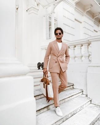 Comment porter des baskets basses en toile blanches: Pense à porter un costume marron clair et un t-shirt à col rond blanc pour aller au bureau. D'une humeur audacieuse? Complète ta tenue avec une paire de baskets basses en toile blanches.