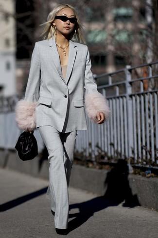 Comment porter: costume gris, t-shirt à col rond marron clair, bottines en daim noires, sac à main en cuir noir