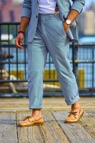 Comment s'habiller en été: Pense à harmoniser un costume à rayures verticales bleu clair avec un t-shirt à col rond blanc pour aller au bureau. Si tu veux éviter un look trop formel, choisis une paire de chaussures bateau en cuir tabac. Nous trouvons que pour pour les journées estivales cette tenue est parfaite.