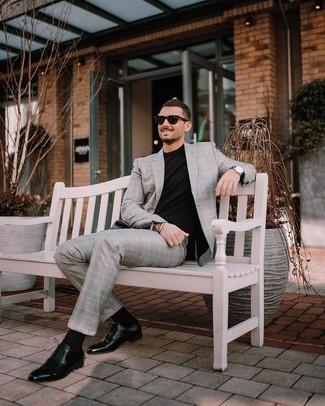 Comment porter: costume écossais gris, t-shirt à col rond noir, chaussures derby en cuir noires, lunettes de soleil noires