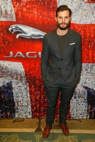 Tenue de Jamie Dornan: Costume à rayures verticales gris foncé, T-shirt à col rond marron foncé, Chaussures richelieu en cuir marron, Pochette de costume blanche