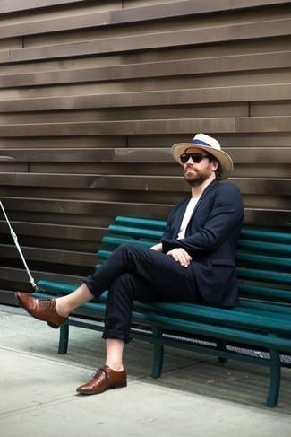 Comment porter un chapeau de paille beige: Pense à porter un costume bleu marine et un chapeau de paille beige pour un look de tous les jours facile à porter. Jouez la carte classique pour les chaussures et opte pour une paire de des chaussures richelieu en cuir marron.