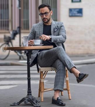 Comment porter une pochette de costume á pois noire et blanche: Pour une tenue de tous les jours pleine de caractère et de personnalité essaie d'harmoniser un costume écossais gris avec une pochette de costume á pois noire et blanche. Habille ta tenue avec une paire de des slippers en cuir noirs.