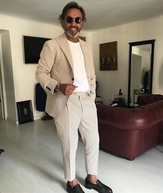 Comment porter des slippers en cuir noirs: Marie un costume beige avec un t-shirt à col rond blanc si tu recherches un look stylé et soigné. Une paire de des slippers en cuir noirs apportera une esthétique classique à l'ensemble.